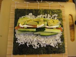 Makirulle fyldes med laks, avokado, agurk og majonaise